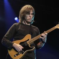 Mike Stern(guitarra)