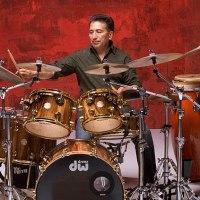 Alex Acuña (Batería y percusión)